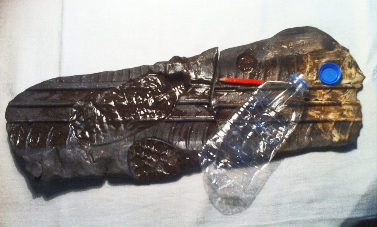 Autoreifenspur, Pet-Wasserflasche, Bleistift auf Damast
